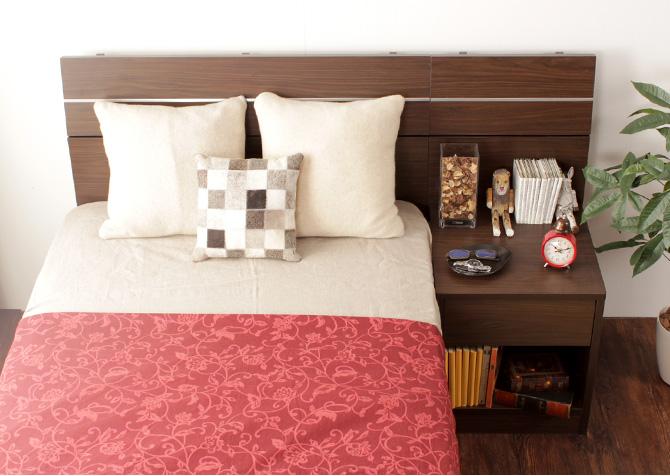 ホテルスタイルナイトテーブル シェルト シルバーのラインと、ダークブラウンの色合いが高級感を演出する