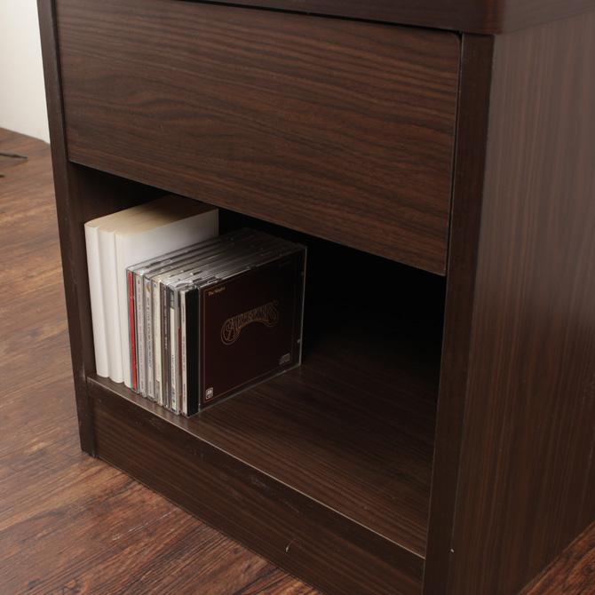 ホテルスタイルナイトテーブル シェルト 下部には本・CDなどが収納できるスペースがあります。