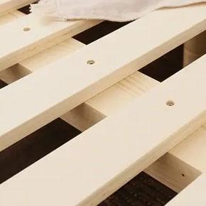 すのこ板は極太の横桟5本で支えています